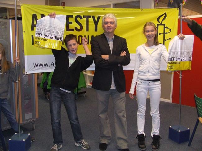 Prijswinnaars Sjoerd Abbink en Frederique Spaan samen met Maarten Brock, Hoofd Bedrijfsvoering van het Noord-Hollands Archief